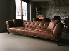 leren bank Chesterfield Capetown bank in stoer vintage of africa leder met knopen Deco Furniture, Leather Furniture, Sofa Furniture, Leather Sofa, Chesterfield Sofa, Sofa Cognac, Cozy Sofa, Funky Home Decor, Vintage Sofa