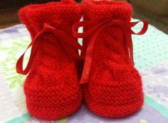 Receita Tricô Fácil Botinha Em Tricô Vermelha Com Trança Receita Completa em trico para bebês de 3 a 9 meses Materiais: Agulha...
