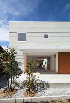 all photos(C)笹倉洋平 / 笹の倉舎 若林秀典建築設計事務所が設計した、滋賀の住宅「米原の家」です。 敷地は滋賀県米原市、伊吹山麓に位置する自然豊かな集落にある。北側には生家でもある両親の住まいがあり、中庭を挟んで子世帯の住宅を新たに計画する。今もなお地域との繋がりが強いこの場所において、親から子へ受け継がれてゆく地域コミュニティを享受するためのパブリック性と家族のプライバシーを確保することの両立が求められた。 ※以下の写真はクリックで拡大します 以下、建築家によるテキストです。 ********** 米原の家 敷地は滋賀県米原市、伊吹山麓に位置する自然豊かな集落にある。北側には生家でもある両親の住まいがあり、中庭を挟んで子世帯の住宅を新たに計画する。今もなお地域との繋がりが強いこの場所において、親から子へ受け継がれてゆく地域コミュニティを享受するためのパブリック性と家族のプライバシーを確保することの両立が求められた。 そこで1階はリビングダイニングを中心とした開放的な空間に。南北の大開口を開け放てば、南庭のテラスから北側の中庭までが一体的...