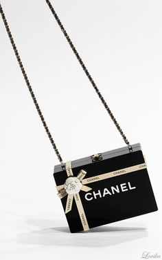 Chanel bag of dreams, oh my! (It looks like a gift-wrapped Chanel box) Chanel Handbags, Purses And Handbags, Chanel Bags, Latest Handbags, Chanel Fashion, Fashion Bags, Coco Chanel, Dior, Cute Bags