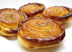 ♨ Onion Tatin, a delicious, caramelised savoury onion tartlet, modeled after the famous apple tarte tatin, and is suitable as an accompaniment to a main course or as the first course.