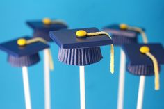 I want to try making these Graduation Hat Cake Pops! Fill of PB cup mold with chocolate candy melts, put chilled cake ball in middle and let all harden. Make candy melt squares and glue on with more candy melt. Glue on mini M and Airhead Extreme tassel. Graduation Cake Pops, Graduation Desserts, Graduation Ideas, Graduation Caps, Graduation 2015, Graduation Theme, Nursing Graduation, Graduation Celebration, Graduation Decorations