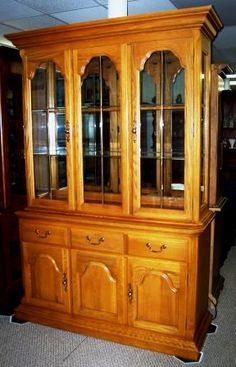Hutch, Solid Oak, made in S.Carolina by the Sumpter Cabinet Co. Top quality, like new condition.