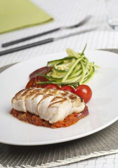 Dos de Cabillaud grillé sauce de la piperade et spaghetti de courgettes Chefs, Healthy Dinner Recipes, Cooking Recipes, Good Food, Yummy Food, Weird Food, Fish Dishes, Light Recipes, Fish And Seafood