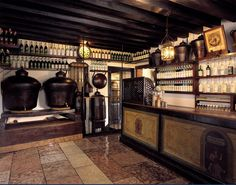 In Distilleria Nardini you can taste the typical aperitif at the Ponte Vecchio, a traditional meeting place for tourists and local people to taste the classic drink of the city: the mezzo e mezzo.