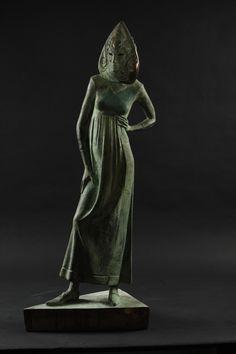 Современная скульптура «Карнавал» это размышления автора о загадочности каждой женщины. Небольшая станковая скульптура изображает молодую девушку, уверенную в себе, обладающую своей жизненной позицией, смело смотрящую в завтрашний день, но хранящую свой внутренний мир под венецианской маской. Эта авторская скульптура отображает ту действительность, в которой мы все вынуждены в разных жизненных ситуациях использовать свои внутренние маски.