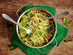 Herkullinen parsakaalihöystö syntyy pastan kypsyessä. Ruoasta tulee kevyempi, jos käytät vähärasvaista ranskankermaa ja kevytjuustoraastetta.
