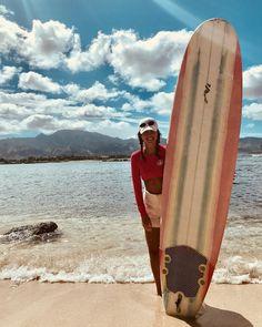 Pézie, d'Occupation Double Grèce, prend ses premières leçons de surf!