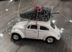 Ingen har väl missat årets stora jultrend: Christmas car ifrån House Doctor? Jag är ju inte den som hoppar på trender direkt men när det har med miniatyrer att göra så kan man ju inte hålla sig borta:) Så jag tänkte visa er en DIY guide på hur man gör en själv! Detta behöver du: …