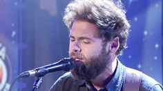 'Passenger' sings hit song 'Let Her Go' Wait through the chatter, the song is worth the wait!