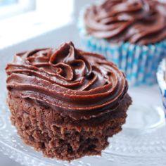 """Underbart goda LCHF-muffins med massor av chokladsmak! Receptet är baserat på den amerikanska kakan """"Devil's food cake"""" och är både sockerfritt och glutenfritt. Diet Desserts, Low Carb Desserts, Fun Desserts, Low Carb Recipes, Lchf, Healthy Treats, Healthy Baking, Best Dessert Recipes, Cake Recipes"""