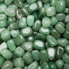 CUARZO VERDE: Es un mineral de la clase 4 óxidos, según la clasificación de Strunz, compuesto de dióxido de silicio (también llamado sílice, SiO2). Su dureza es 7 y puede rayar los aceros comunes, su densidad es 2,65 g/cm3    PROPIEDADES: Abre y estabiliza el chacra del corazón. Cambia la energía negativa, inspira creatividad.  Ya puedes visitar nuestro blog www.blogdeminerales.com  y suscribirte gratis. | blogdeminerales