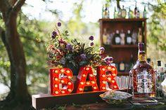 Decoração de casamento boho - bar com letreiro iluminado ( Decoração: Tais Puntel | Foto: Duo Borgatto )