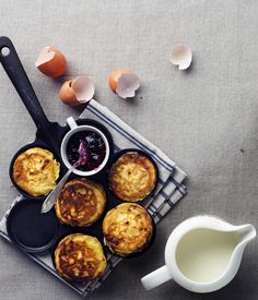 Pienet raejuustopannukakut Cottage Cheese Pancakes, Healthy Snacks, Healthy Recipes, Griddle Pan, Food Hacks, Food Tips, Baby Food Recipes, Food Styling, Cheesecakes