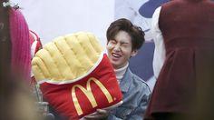 Imagem embutida | he sure loves his McDonald's fries, my goodness