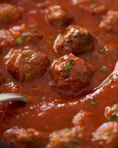 Italian Meatballs (Extra Soft and Juicy!) Close up of Italian Meatballs simmering in marinara sauce Sauce Recipes, Meat Recipes, Cooking Recipes, Cooking Fish, Healthy Recipes, Beef Dishes, Pasta Dishes, Salsa Marinara, Best Marinara Sauce