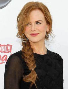 cheveux rouges et couleur cerise avec coiffure de cheveux long et tresse