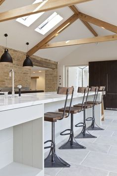7 Kitchen Design Ideas to Learn from Luxurious Bespoke Kitchens! is a fantasy joy ride for lovers of classic, luxurious, bespoke kitchen design who aspire… Contemporary Kitchen Island, Contemporary Barn, Contemporary Bathrooms, Contemporary Wallpaper, Contemporary Office, Contemporary Chandelier, Modern Barn, Contemporary Landscape, Contemporary Architecture