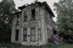 Abandoned Buildings, Abandoned Property, Old Abandoned Houses, Abandoned Mansions, Old Buildings, Abandoned Places, Old Houses, Haunted Houses In America, Scary Haunted House