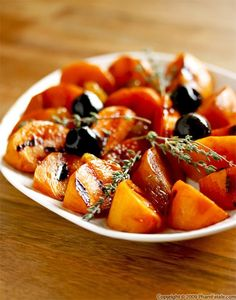 Caramelized Fuyu persimmons (recipe included - nice side dish which could be paired with roasted duck breast) - Rice And Chicken Recipes Fruit Recipes, Cooking Recipes, Chicken Recipes, Asian Side Dishes, Persimmon Recipes, Fruit Dishes, Fruit Salads, Love Food, Food And Drink