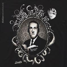 """Camiseta para los amantes del terror. Camiseta que representa a el escritor H.P. Lovecraft con el libro creado por el """"El Necronomicon"""" en sus manos y los tentáculos de Cthulhu rodeándole. www.diablocamisetas.com"""