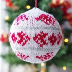 Christmas bauble knitting pattern from advent calendar day 2
