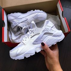 Pin by Camila Díaz on Shoes in 2019 All White Shoes, White Nike Shoes, Nike Air Shoes, White Nikes, Adidas Shoes, Sneakers Mode, Sneakers Fashion, Nike Sneakers, White Huaraches