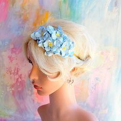 Hårpynt til bryllup - Hårbøjle med gardenia blomster i støvet blå