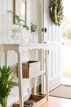 Shabby and Charme: Mix di cottage e farmhouse style a casa di Cami nell'Ohio Cottage Paint Colors, Spring Home, Farmhouse Chic, Home Decor Inspiration, Color Inspiration, Cottage Style, Cottage Chic, Christmas Home, Entryway Decor