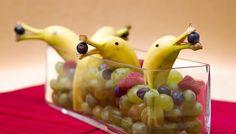 Tischdeko DIY Foodie Delphin Banane Weintrauben Heidelbeeren Himbeeren lustige Idee Dekotipp Essen