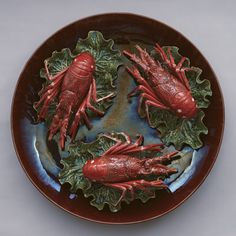 BORDALO PINHEIRO of Caldas da Rainha, Portugal. Prato com 3 lagostas sobre folha de couve. Faiança s/d