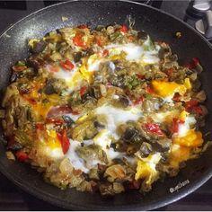 "4,008 Beğenme, 24 Yorum - Instagram'da Kahvaltiya.Dair (@kahvaltiya.dair): ""😍👌🏻 @kymzhavva 👈🏻 ・・・ 🌿🍳🌶🍆Mantar tadında, YUMURTALI PATLICAN KAVURMASI🍆🌶🍳🌿 Baktım evde 2 patlıcan…"" Quiche, Meat, Chicken, Breakfast, Instagram, Food, Beef, Breakfast Cafe, Meal"