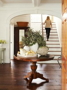 Home Decorating Ideas We love this casual fall entryway arrangement. Get more decorating ideas.We love this casual fall entryway arrangement. Get more decorating ideas. Decor, Foyer Decorating, Decorating Your Home, Fall Entryway, Table Decorations, Fall Decor, Home Decor, House Interior, Autumn Home