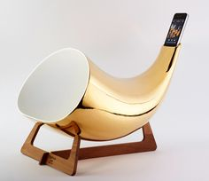Passive amplifier for iphone made of ceramic. The form is designed to amplify and optimize the best sound output. The amplifier is based on a thin wooden frame that allows the object to float off the table. This has been made in order to increase the vibration of the object and to optimize the emission of sound.