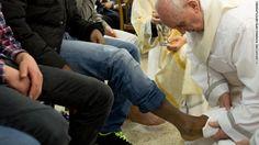 "Papa Francisco lava os pés de menores infratores, inclusive as mulheres muçulmanas, como parte de rituais de Quinta-feira Santa março de 2013 O ato comemora 'lavagem dos Apóstolos ""pés de Jesus durante a Última Ceia."
