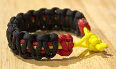 Step by step tutorial for making a 2 color paracord bracelet (survival bracelet). A great homemade gift idea for men and boyfriends. So neat you'll want one yourself.