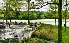 Hemelriek; relaxte zwemplek in Drenthe met strandzand, midden in het bos. Veel kinderen die ronddobberen in hun opblaasbootje...