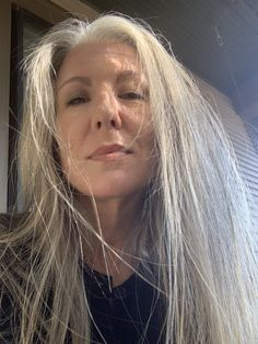 Grey White Hair, Long Gray Hair, Beautiful Old Woman, Pretty Woman, Sexy Older Women, Old Women, Older Mens Fashion, Older Beauty, Going Gray