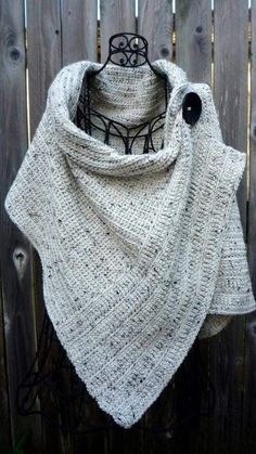Cream tweed wrap with large black button Poncho mit Knöpfen Pattern for buttoned crocheted wrap Poncho Au Crochet, Crochet Scarves, Crochet Clothes, Knit Crochet, Crotchet, Loom Knitting, Knitting Patterns, Crochet Patterns, Crochet Wrap Pattern