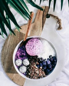 CREAMY BLUEBS BOWL with a scoop of homemade blueberry choc ice cream. The base was blended blueberries, fro nanas and acai powder. I finished it off with coconut shreds, fro blueberries, cashew based rawnola, dragon fruit balls, and carob chips.