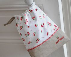 A Little Drawstring Bag by petits détails Fabric Crafts, Sewing Crafts, Sewing Projects, Operation Christmas Child, Linen Bag, Drawstring Pouch, Quilted Bag, Fabric Bags, Little Bag