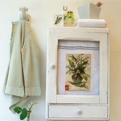 Une porte d'armoire à pharmacie recouverte d'un drap