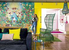 Uma mistura improvável de cores vibrantes dá vida, humor e inspiração aos moradores deste apartamento: a arquiteta Letícia Arcangeli e seu marido