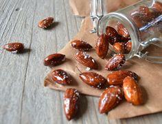 Nem og lækker opskrift på honningristede saltede mandler med kun 3 ingredienser - perfekte som en lille snack eller til en velkomstdrink.