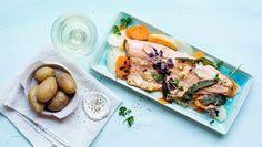 Gebratener Lachs auf Fenchel-Möhrengemüse auf zwei Tellern.
