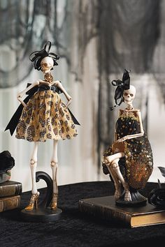 Glam Meets NYFW Halloween goes glam: Fright Night decor that keeps up with New York Fashion WeekHalloween goes glam: Fright Night decor that keeps up with New York Fashion Week Retro Halloween, Halloween Mantel, Halloween Home Decor, Halloween Skeletons, Halloween Projects, Diy Halloween Decorations, Halloween 2020, Holidays Halloween, Happy Halloween
