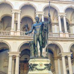 Napoleone in veste di Marte pacificatore questa scultura nel cortile di questo palazzo storico crea un atmosfera molto antica. Il modo migliore dove rilassarsi dopo una bella corsa ed immaginare la storia #love#napoleone #brera#story#run#me#mind#sun#morning #colors#dream#dreamer#iphone6s #work #world #italy #milano#milanodavedere #milanocityufficiale #museo#free#mentality #freedom #life#livefast #fuckyou by gior7278