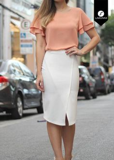 Pink plain ruffle cut out round neck fashion t-shirt modelos de vestido, bl Casual Office Fashion, Business Casual Outfits, Skirt Outfits, Dress Skirt, Professional Wear, Office Looks, Summer Fashion Outfits, Work Attire, Casual Wear