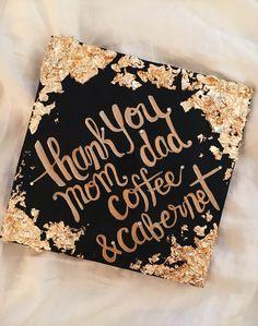 """Gracias mamá y papá, café y Cabernet"" Gradgiation ""Thank you mom and dad and coffee"" Graduation Cap Designs, Graduation Cap Decoration, Grad Pics, Graduation Pictures, Nursing Graduation, College Graduation Cap Ideas, Grad Hat, Cap Decorations, Grad Parties"