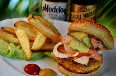 ¿Antojo de hamburguesa? A la leña sabe mejor Salmon Burgers, Chicken, Ethnic Recipes, Amor, Burgers, Food, Style, Salmon Patties, Buffalo Chicken